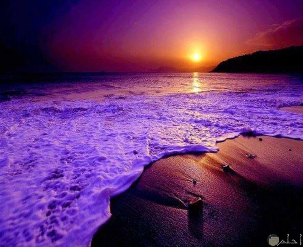 بحر اللون البنفسجي وقت غروب الشمش.