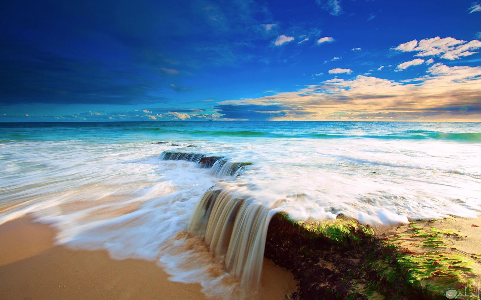 أمواج البحر على الصخور منظر روعة و جميل.