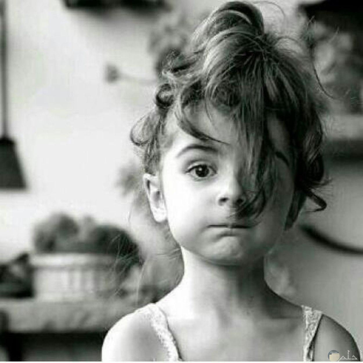 فتاة صغيرة بتسريحة شعر غريبة و جميلة.