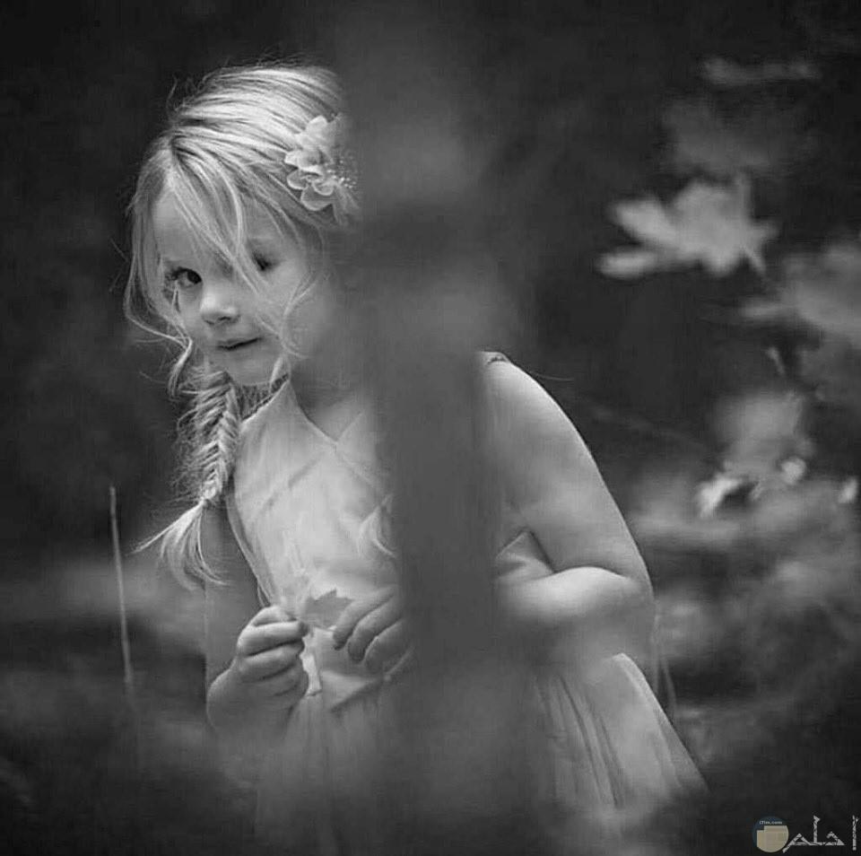 بنت جميلة بين الأشجار و نظرة الشقاوة الجميلة.