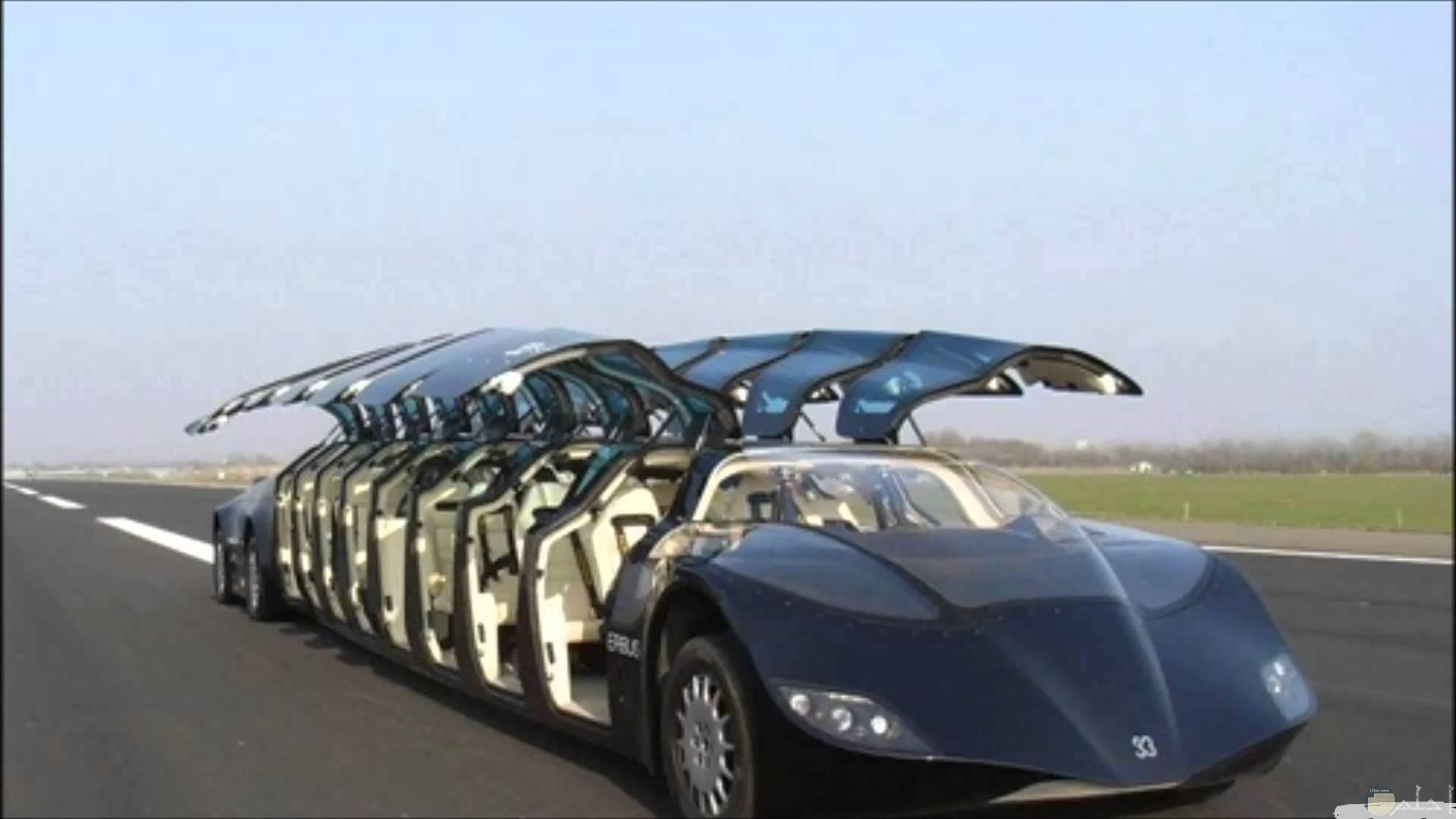 سيارة غريبة بأبواب متعددة.