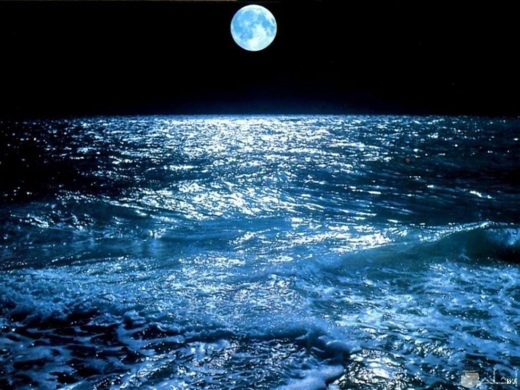 البحر بالليل مع القمر.