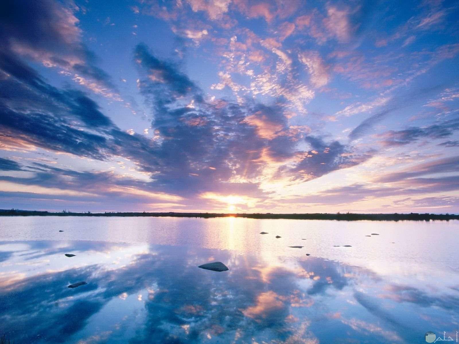 شروق الشمس من البحر مع الغيوم.