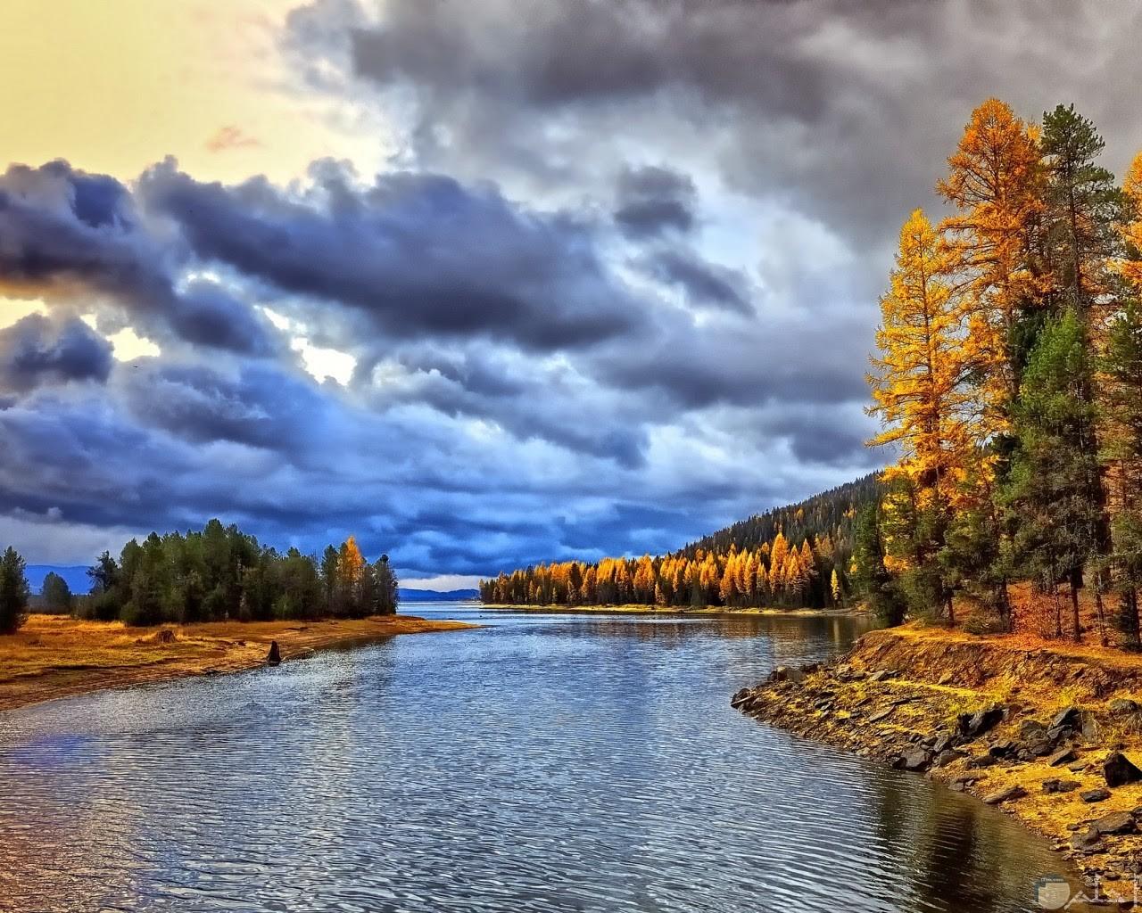 المجاري المائية مع الجبال و الغيوم.