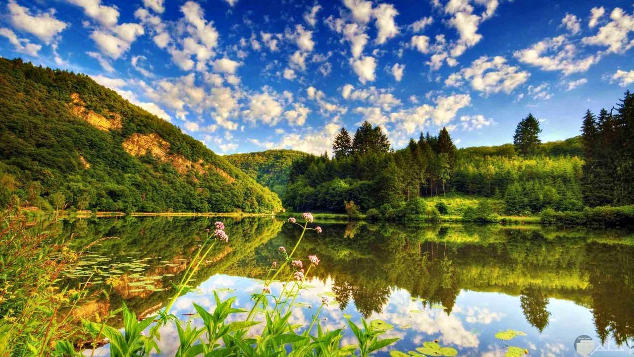 جمال السماء و الغيوم خلف الجبال.