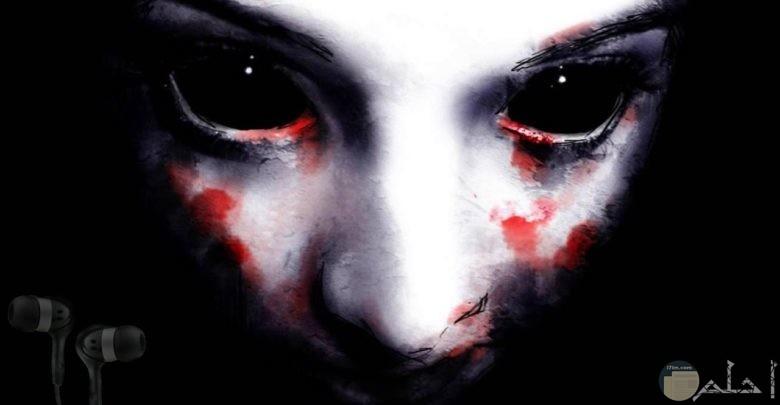 الأعين السوداء المخيفة.