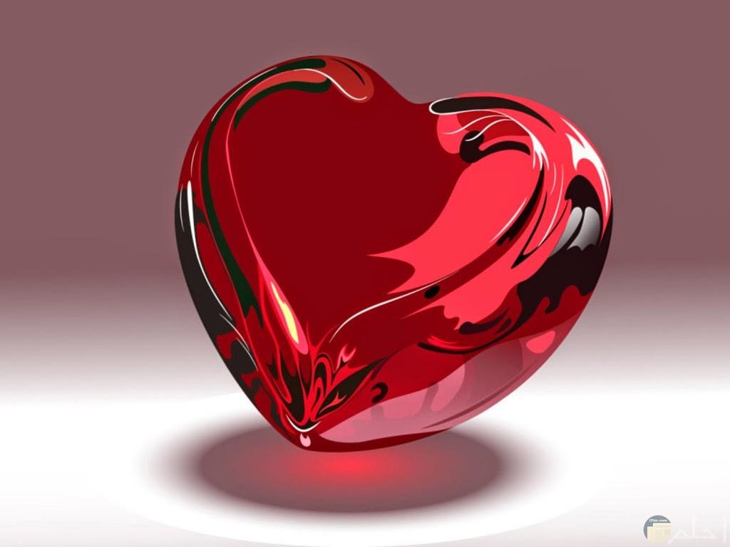 قلب ثلاثي الابعد يشبه الزجاج الاحمر.