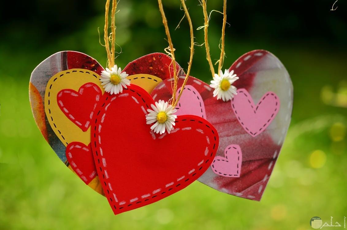 قلوب جميلة مزغرفة و معلقة مع الورد.