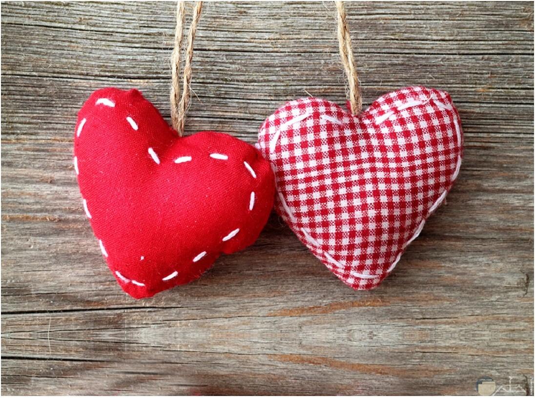 قلوب من القماش المبطن و المزغرف.