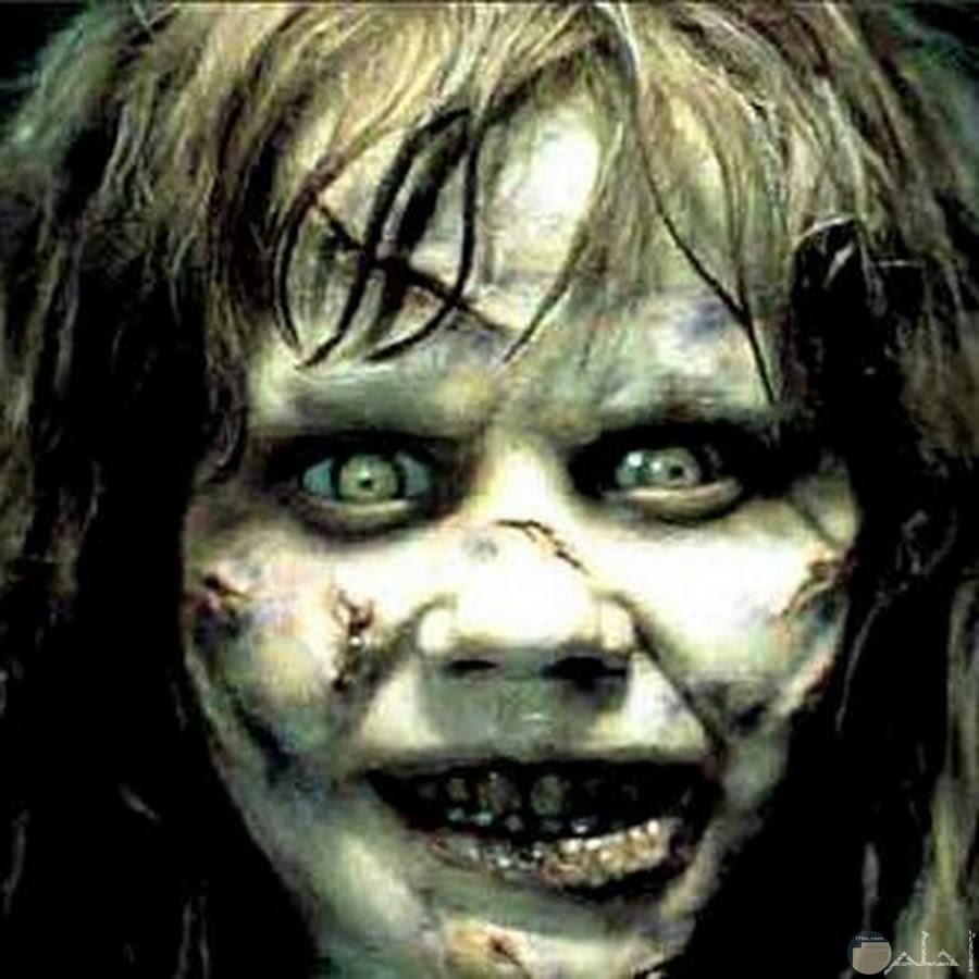مكياج بسيط مع عدسات للعين بلون غريب يعطي منظر مرعب لطفل لحفلات الهالوين و الحفلات التنكرية.