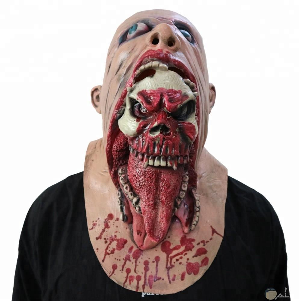 وجه مخيف و مرعب جدا و كأن رأس تخرج من فم رأس أخرى.