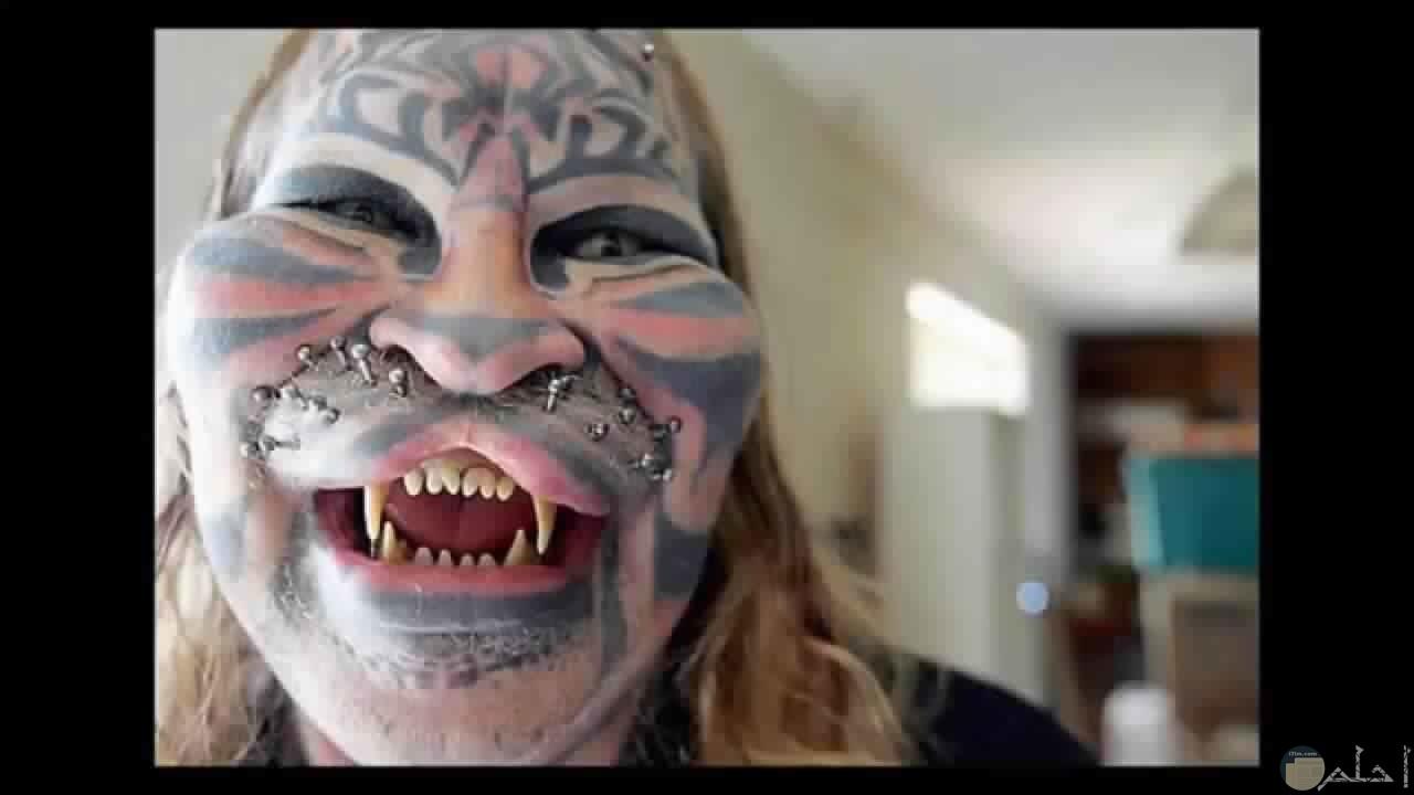 وجه مخيف و مرعب مع رسوم على الوجه مخيفة.