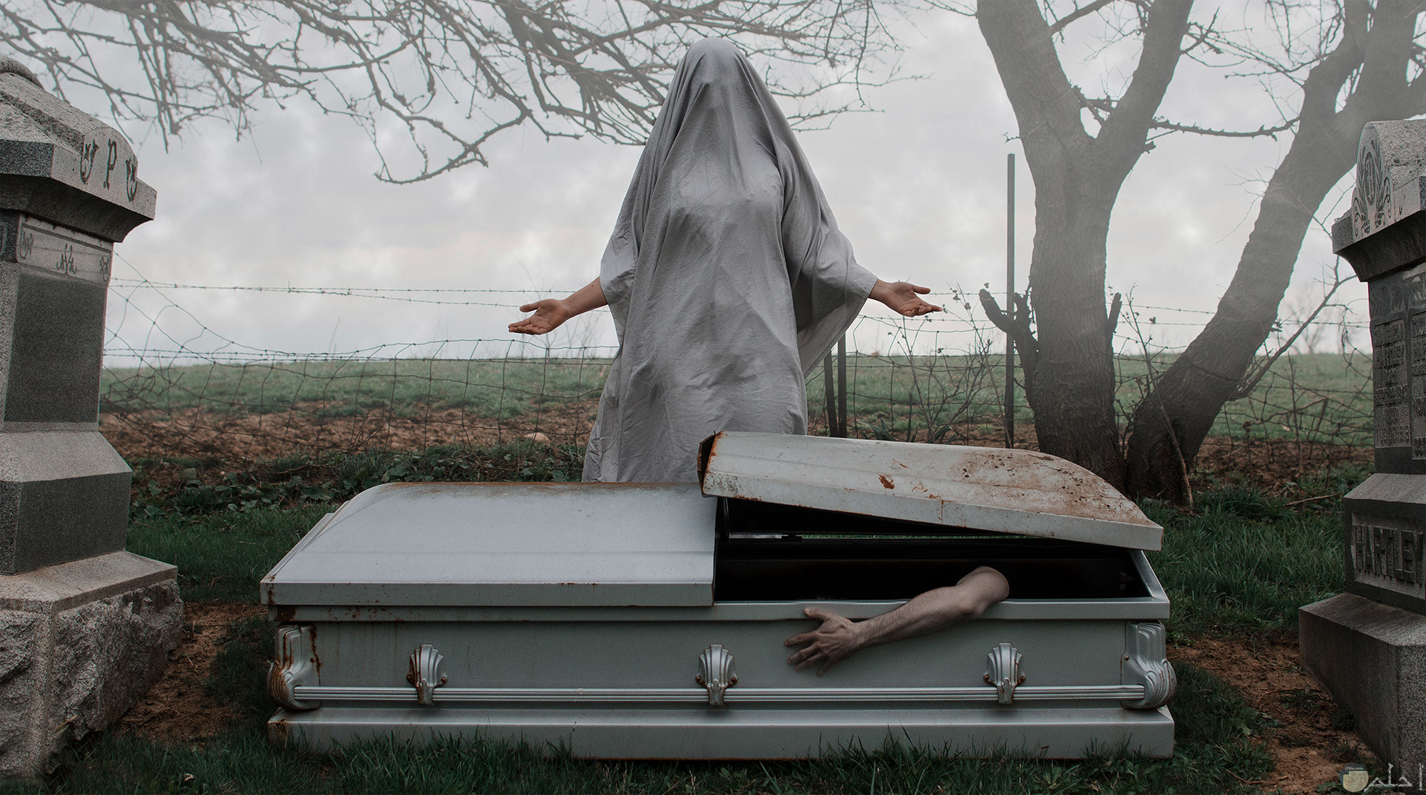 تابوت به ميت وشخص اخر واقف لا يوجد له ملامح