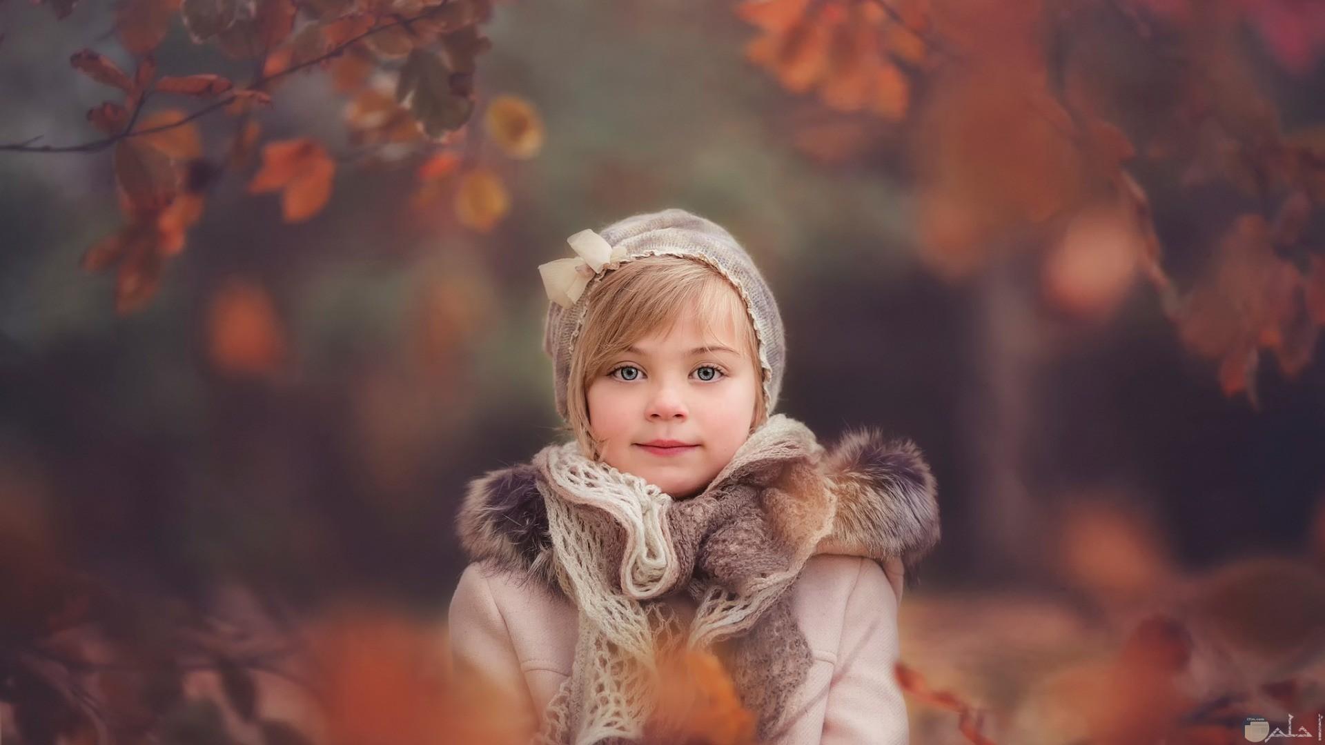 بملابس شتويه فتاه صغيرة تتألق بصورة جميلة