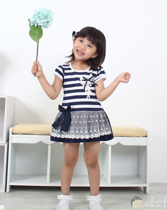 طفلة لطيفة ترتدي فستان رقيق