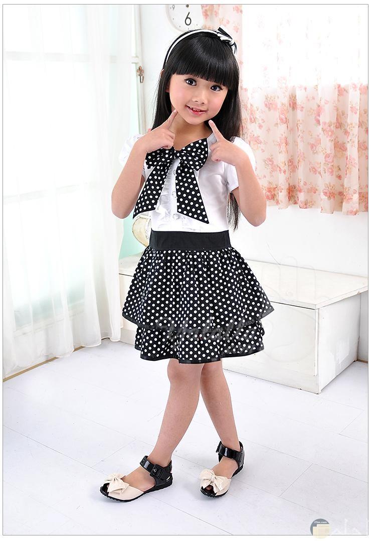 فتاة جميلة ترتدي ملابس خروج رائعة