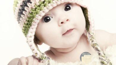 طفل صغير له نظرة براءة جميلة لن تراها في صورة أخرى.