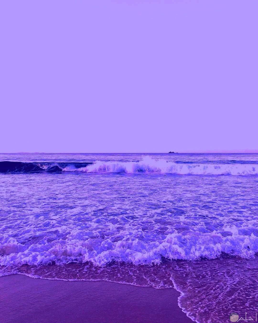 بحر باللون البنفسجي.