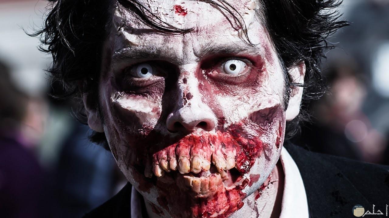 صور لرجل مصاص دماء شكله مخيف جدا