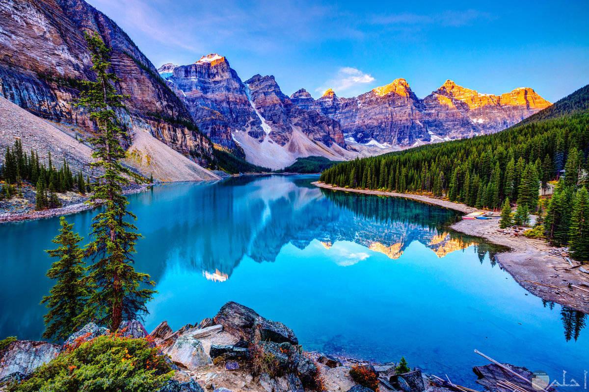جبال شاهقة تحيط بها الاشجار والبحر