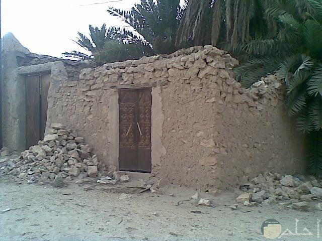 بيت قديم بباب حديد
