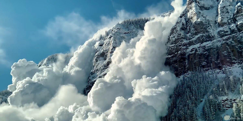 ثليج يغطى الجبال يشبة الدخان من ابداع الله عز وجل