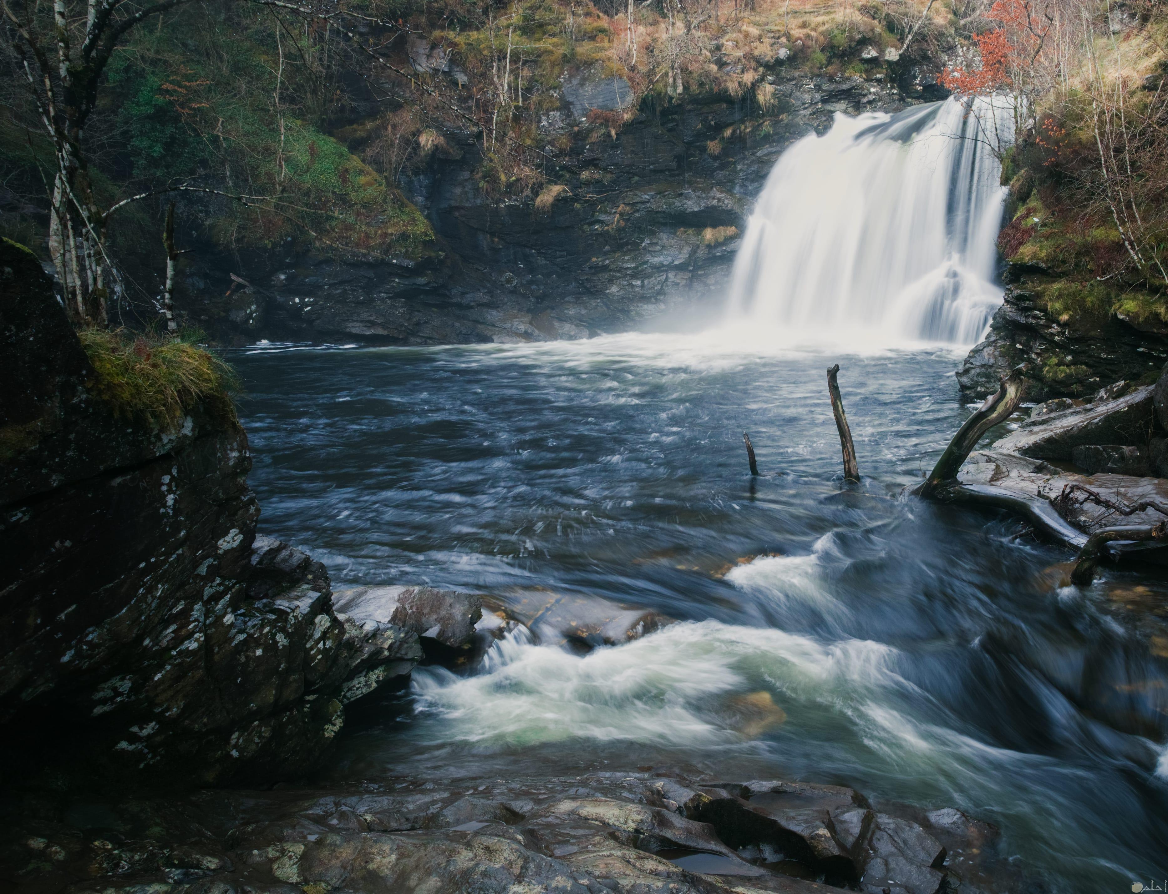 صورة طبيعية لشلال مياه عبر نهر رائع جدا