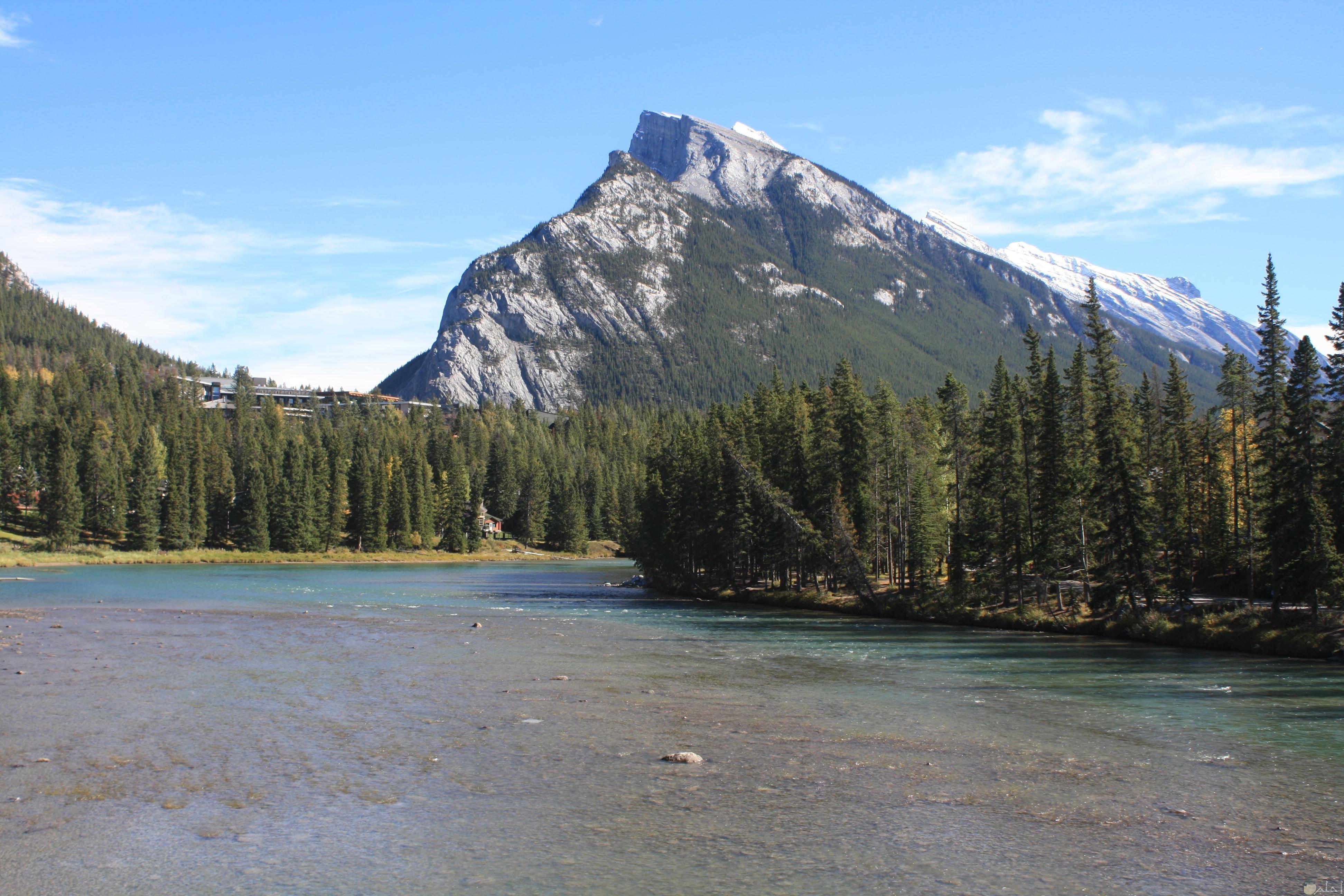 جبل يطل علي بحيرة