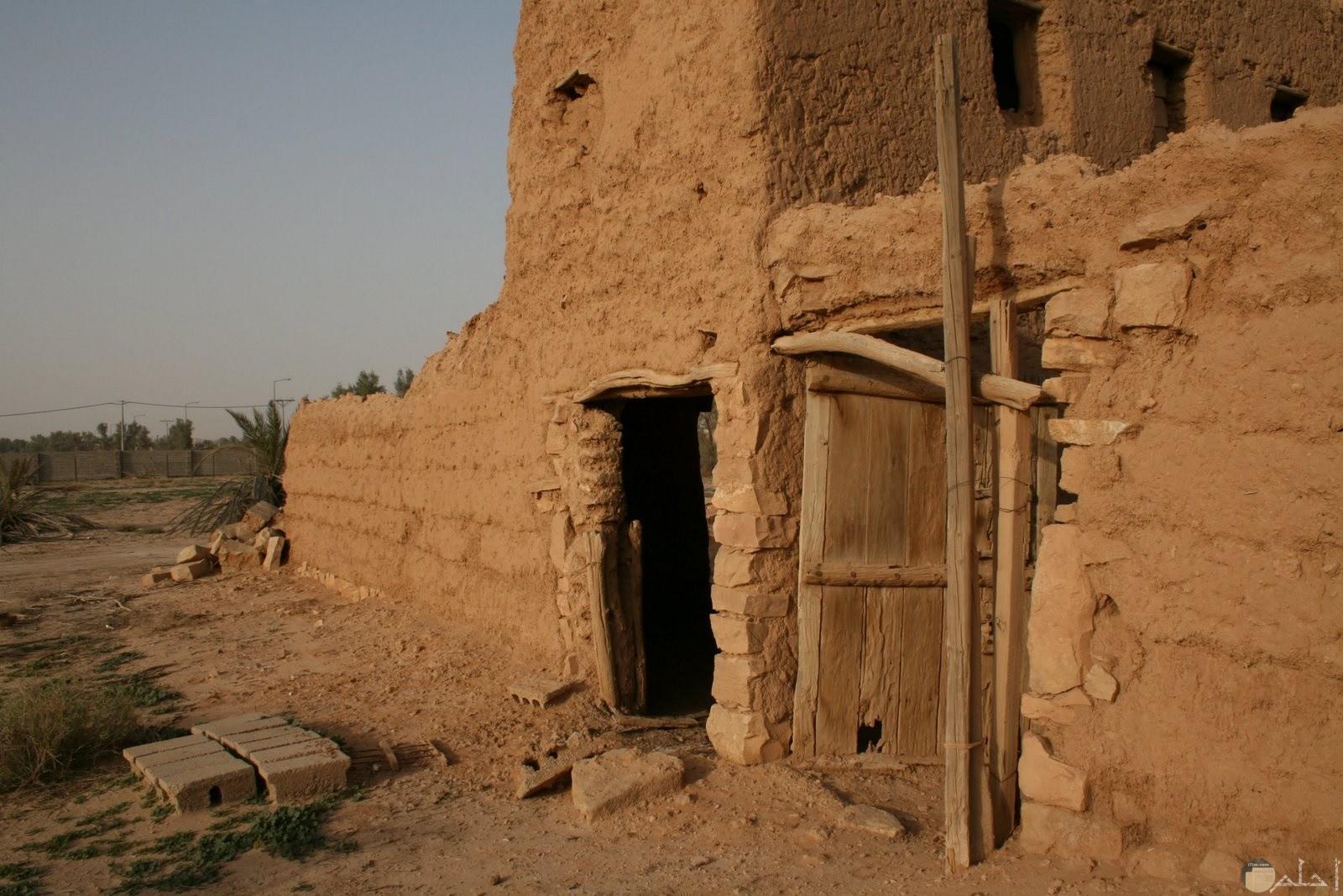بيت بسيط من الطين القديم