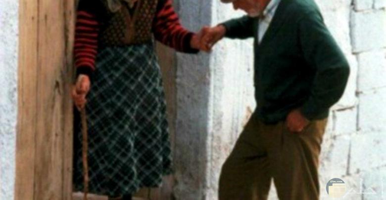 الحب الحقيقي يدوم حتى الكبر، عجوزين يمسكان يد بعض في حب و اهتمام.