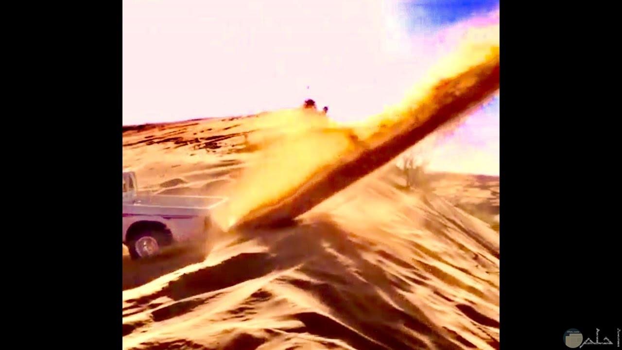 تفحيط على الرمال الناعمة بالصحراء.
