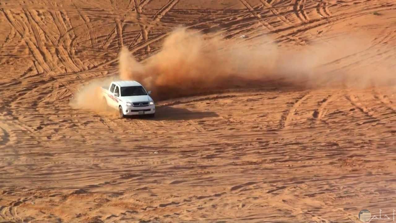 تفحيط و تخميس بالسيارات في الصحراء.