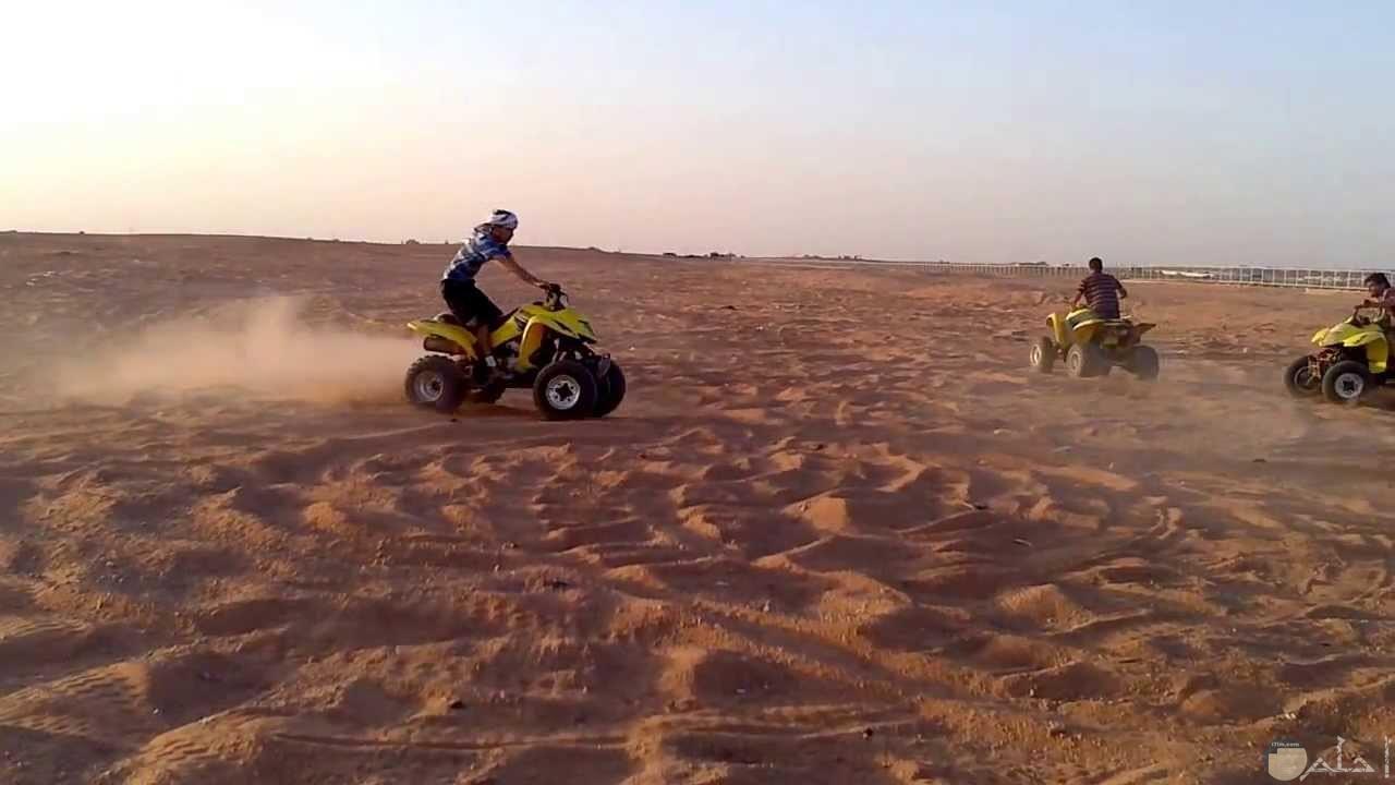 تفحيط على الرمال بالصحراء بالمتسيكلات الرباعية - الدراجات النارية الرباعية.