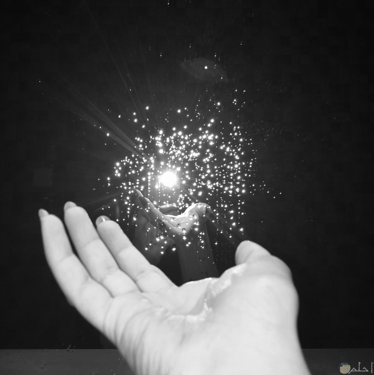 يد تخرج شئ يتألق جميلة و معبرة.
