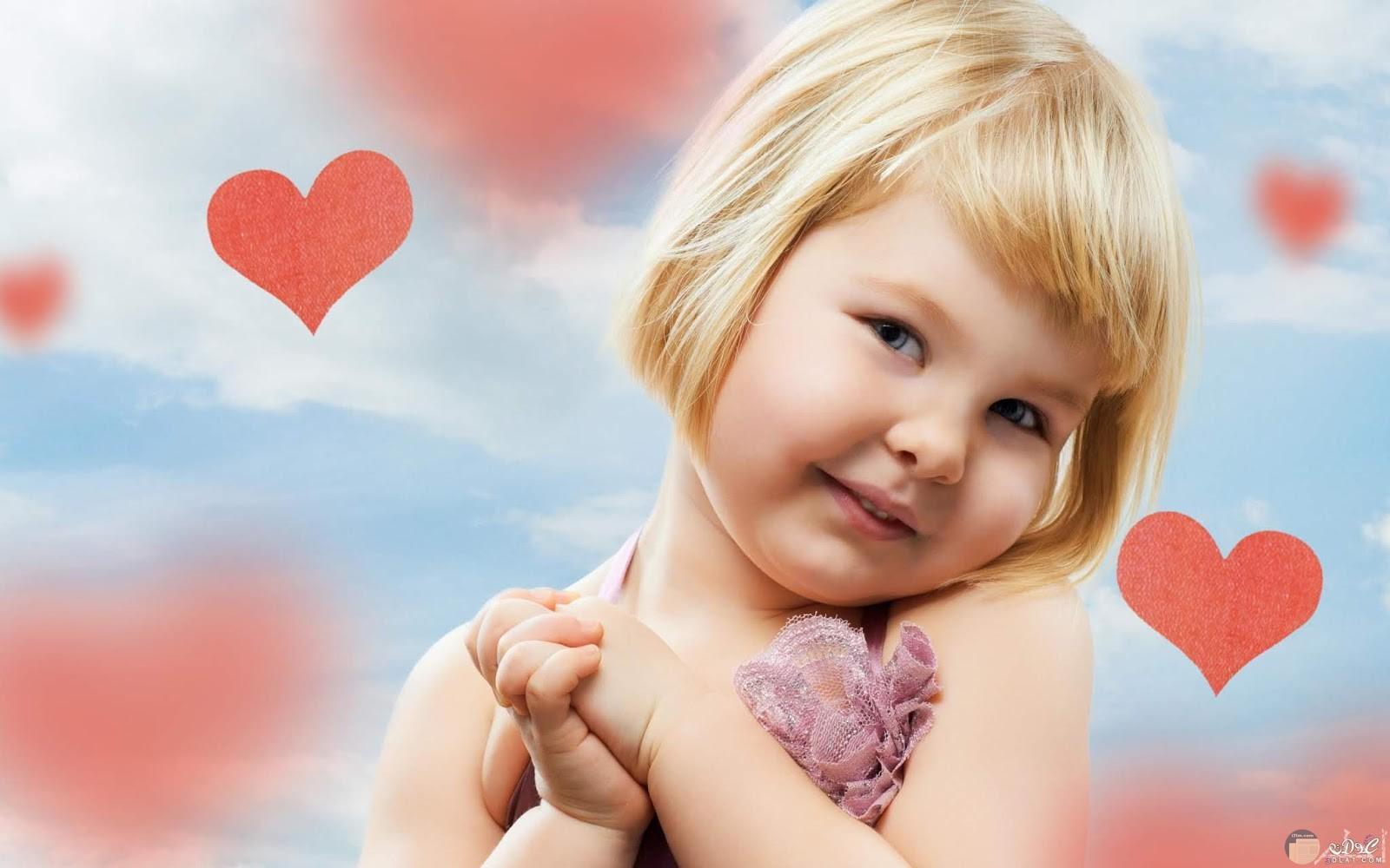 بنت صغيرة مليئة بالحب.