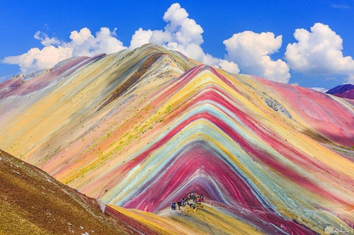 جبال بألوان تبدو كألوان قوس قزح.