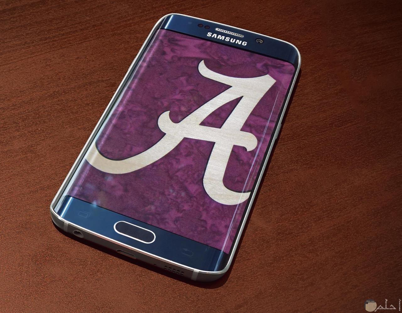حرف a مزخرف على شاشة تليفون أو هاتف محمول.