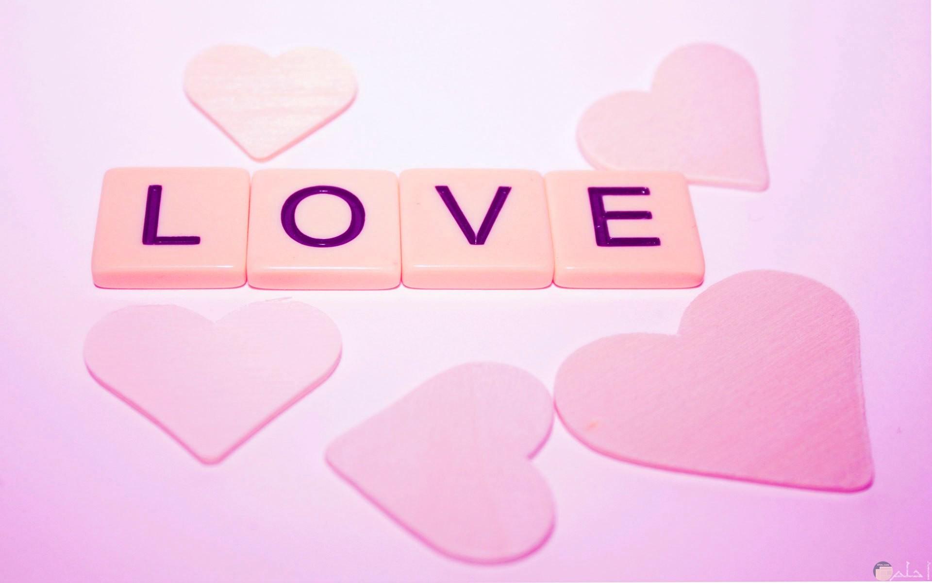 Love باللون الوردي الرقيق.