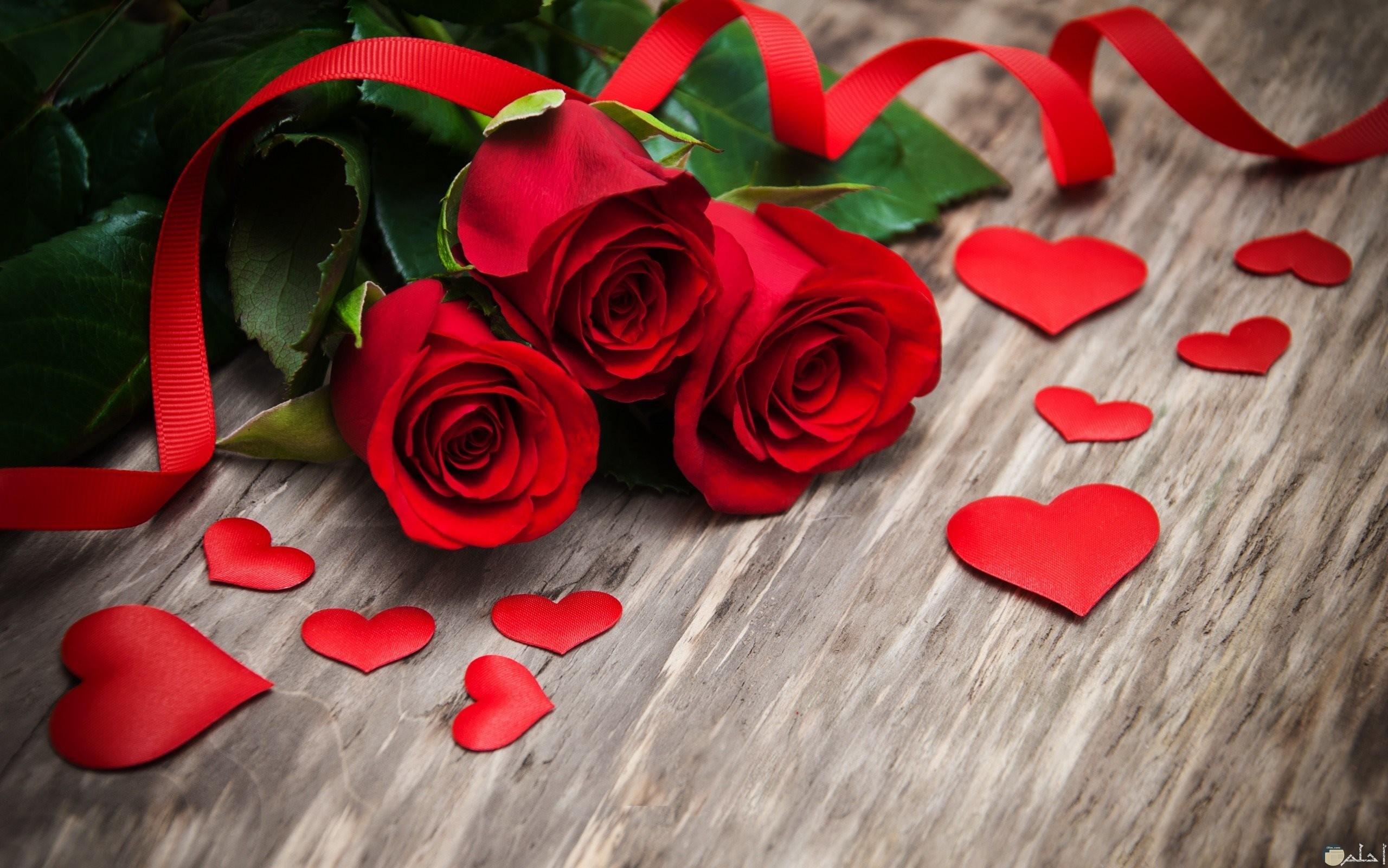 قلوب و بوكيه ورد أحمر بديع الشكل.