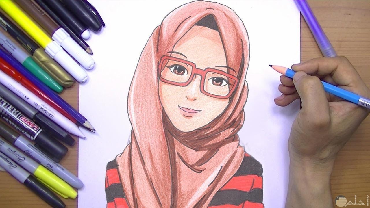 رسمة فتاة محجبة ترتدي حجاب و ملونة.