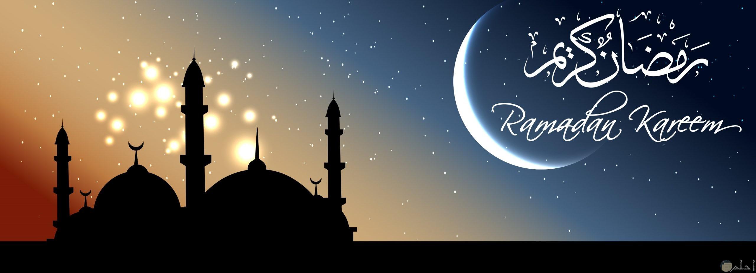 المسجد ليلاً مع نور القمر.