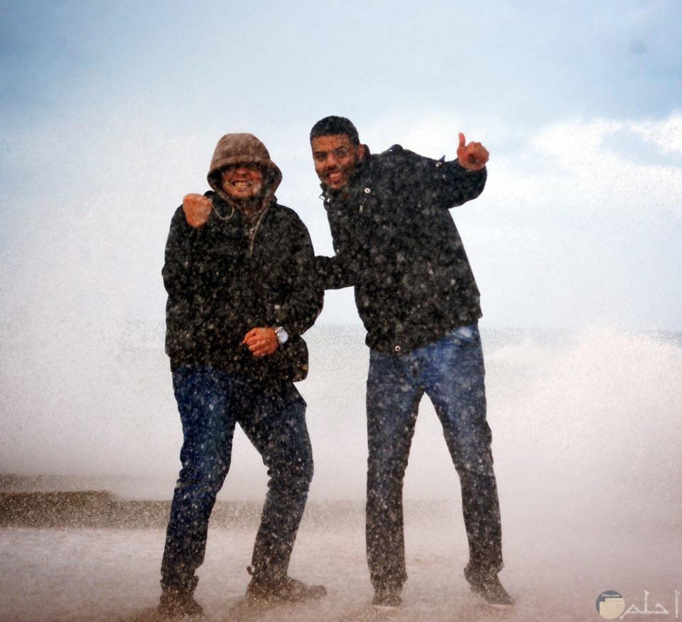 شباب روش و مجنون مع العاصفة.