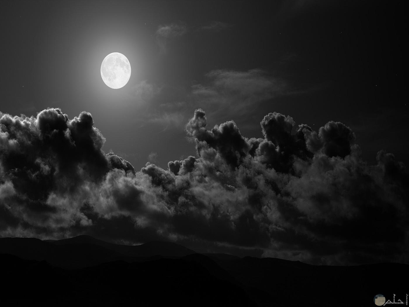 الليل و القمر خلفية رائعة.