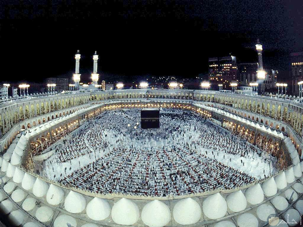 مشهد رائع للكعبة بالساحة كاملة أثناء الصلاة.