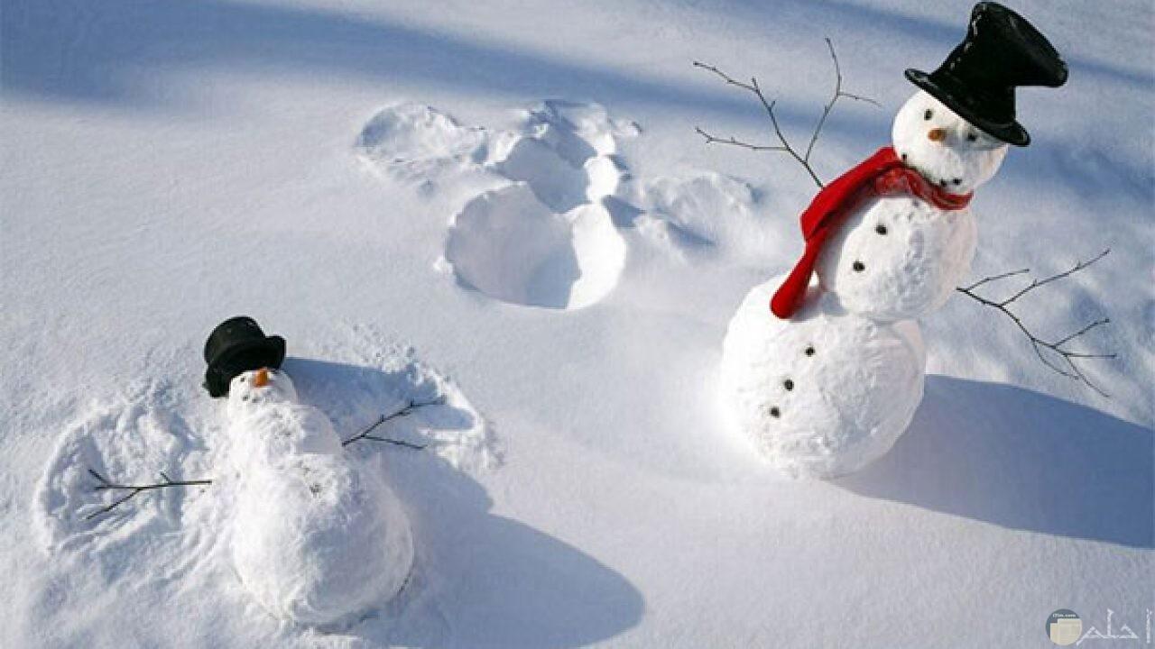رجل الثلج بكوفية أو وشاح أحمر جميل.