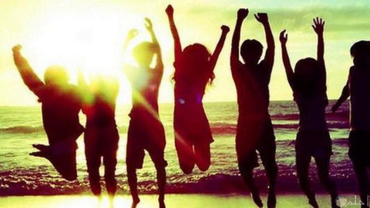 غروب الشمس على البحر مع أجمل أصدقاء.