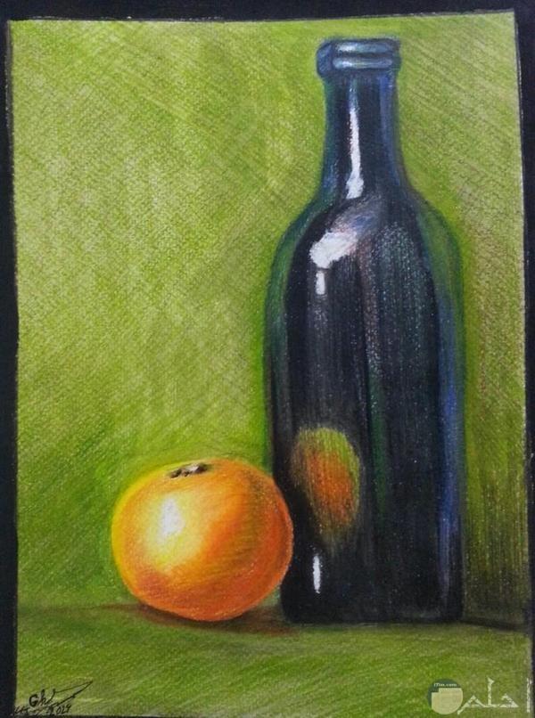زجاجة و ثمرة فاكهة ملونة بألوان خشب.