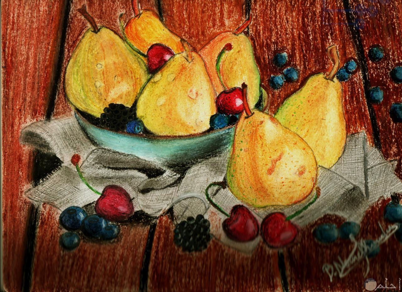 مجموعة من الفاكهة في طبق ملونة.