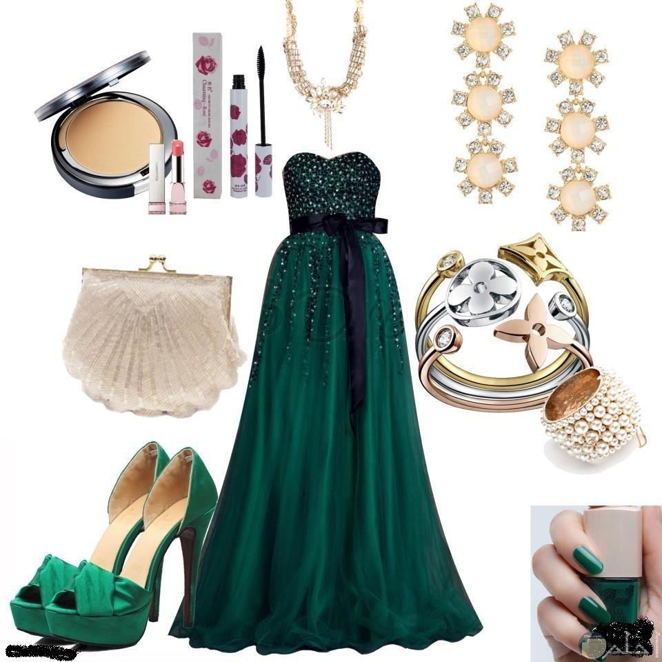 فستان أخضر غامق زيتي بدون حمالات مع الإكسسوار.