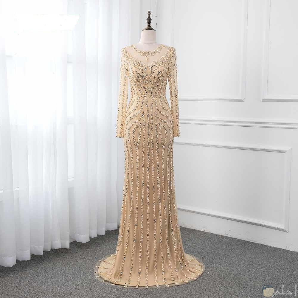فستان ذهبي بنقوش و كثيرة لعشاق التألق بالذهبي.